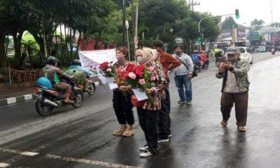 Aliansi Ormas di Kota Batu saat melakukan aksinya di seputaran Alun-alun Kota Batu.