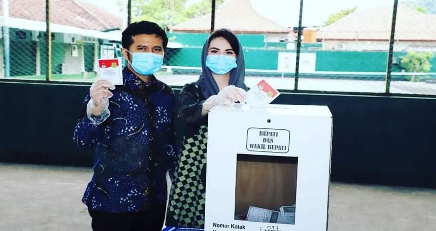 PENCOBLOSAN : Wakil Gubernur Jatim, Emil Dardak dan Arumi Bachsin saat melakukan pencoblosan di TPS 3 Kelurahan Surondakan Trenggalek.