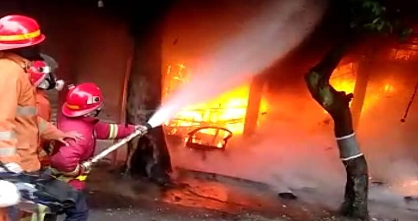 Diduga Korsleting Listrik, Tiga Kios Helm Terbakar