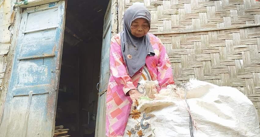 Hidup Seorang Diri, Mbok Satria Tak Tersentuh Bantuan Pemerintah, Tidur pun Dekat Sampah