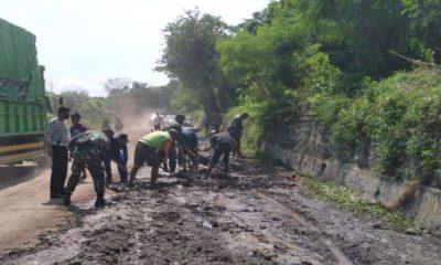 Jalan Raya Pantura Besuki - Situbondo Terganggu Dampak Tanggul Jebol, Muspika dan BPBD Bersihkan Jalan Secara Manual