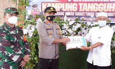 Resmikan Kampung Tangguh, Kapolres Situbondo Bersama Dandim juga Bagi Sembako dan Masker