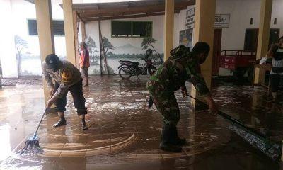 Warga di Tiga Kelurahan Kedupok Probolinggo Mulai Bersihkan Dampak Banjir, TNI dan Polri Turut Membantu