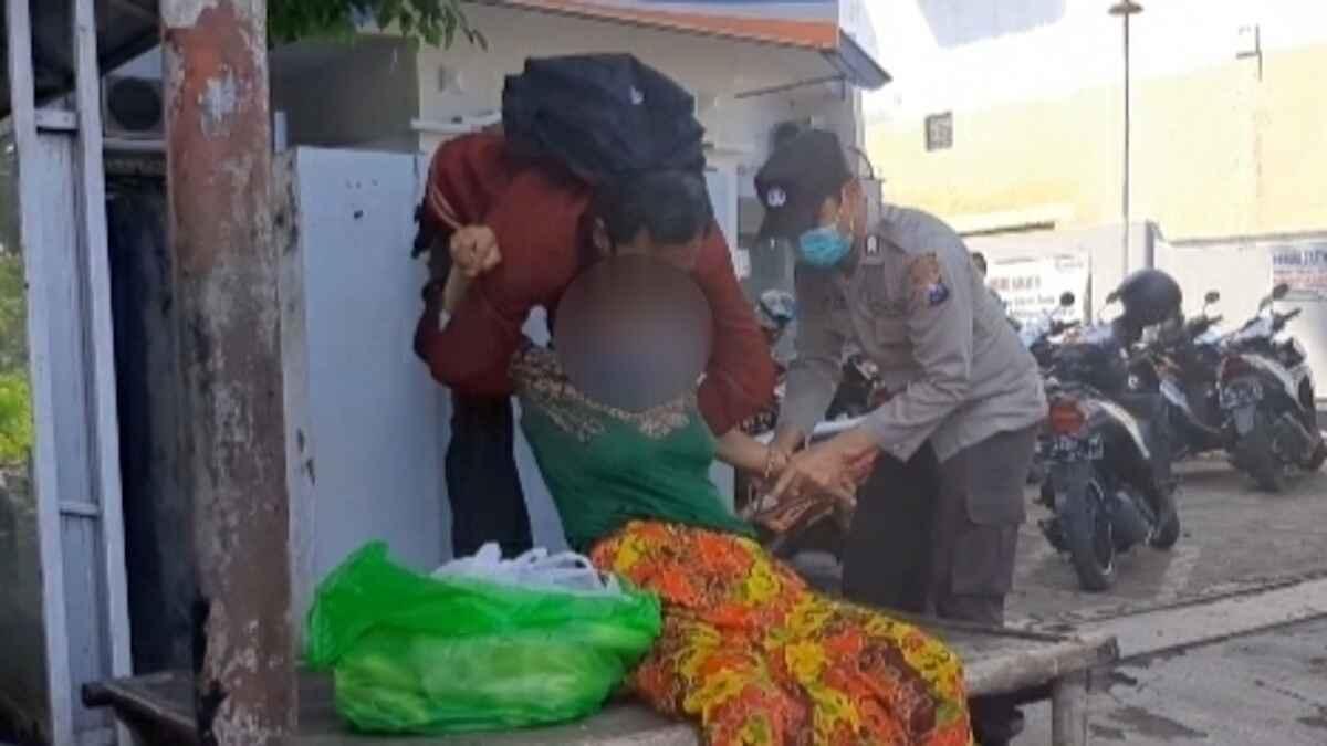 Wanita Paruh Baya Ngamuk Bawa Celurit di Pasar Wonoasih Probolinggo