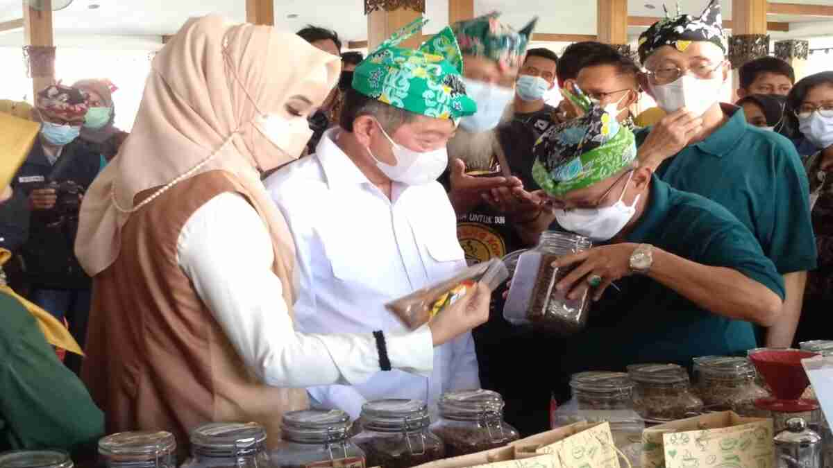 Bupati Situbondo Bersama Kepala Bappenas Launching Kopi Kayu Mas