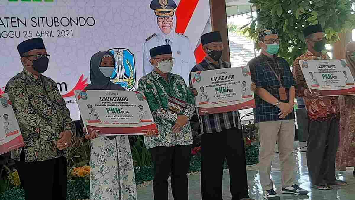 Bupati Situbondo Salurkan Bantuan PKH Plus Kepada Ribuan Lansia