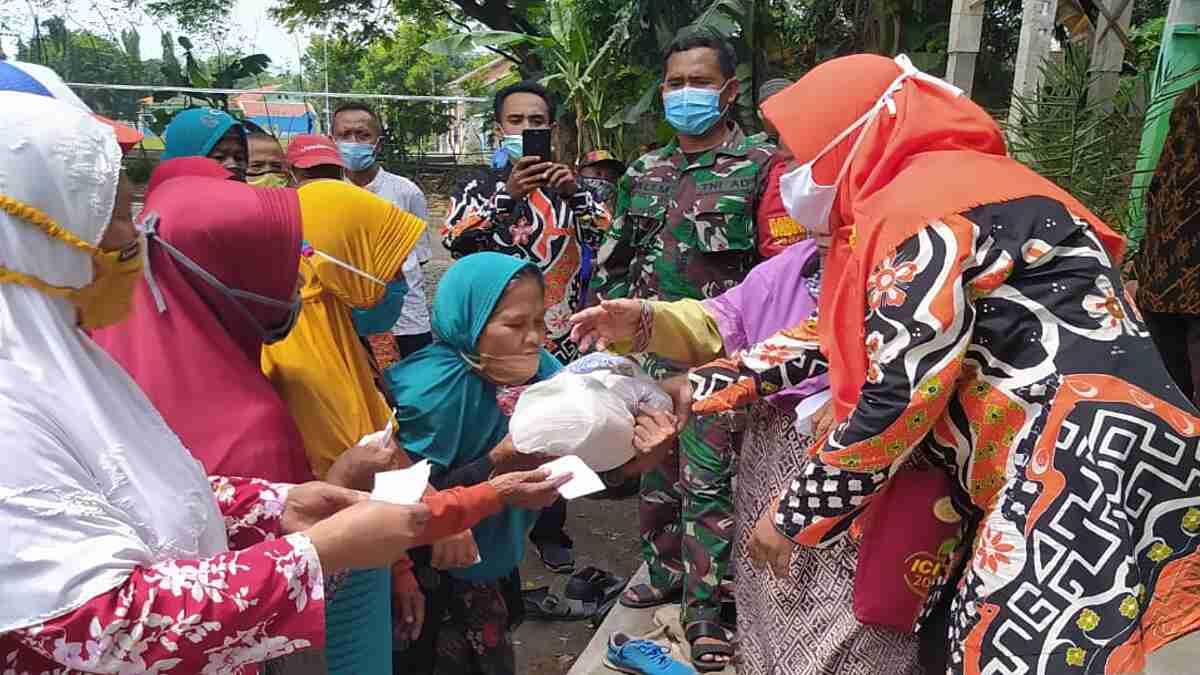 Koramil Tongas Probolinggo Dampingi Pembagian Bansos Pada Lansia dan Anak Yatim di Bayeman