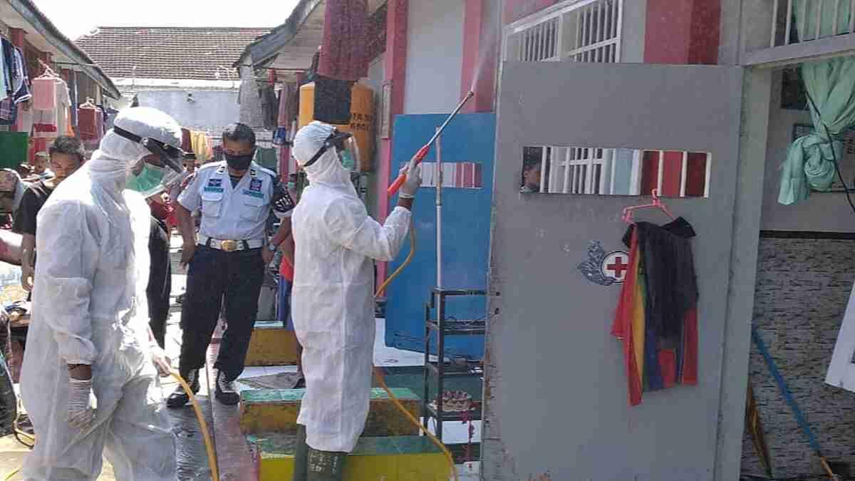 Lapas Jember Guyur 1000 Liter Diisinfektan untuk Antisipasi Penyebaran Covid-19