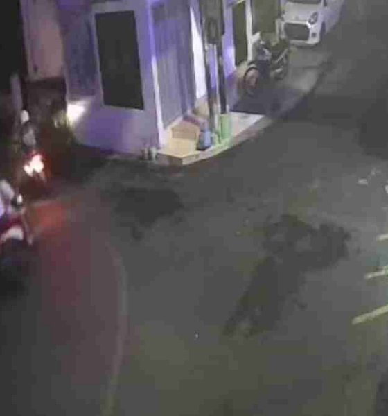Pelaku dalam CCTV memakai helm warna putih kabur membawa motor curiannya. (ist)