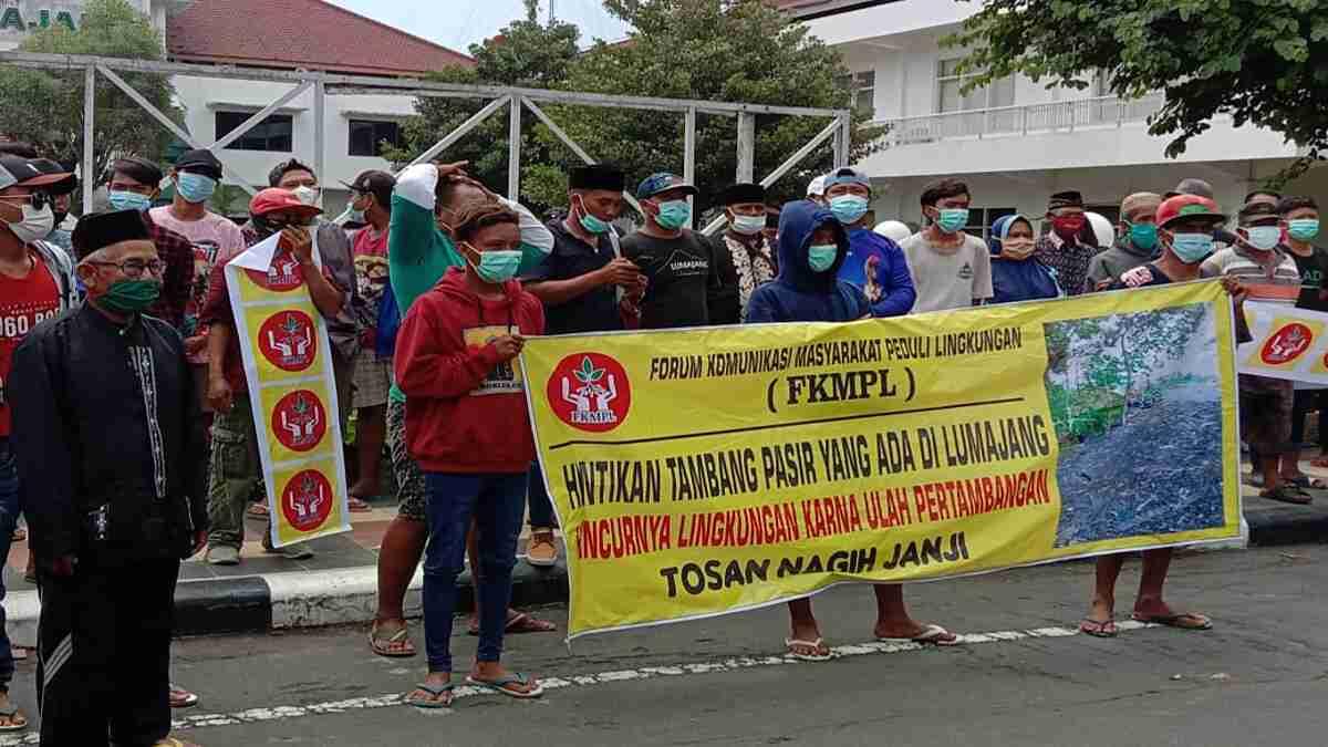 Puluhan Masyarakat yang Tergabung di FKMPL Lurug Kantor Pemkab Lumajang, Tagih Janji Soal Pertambangan