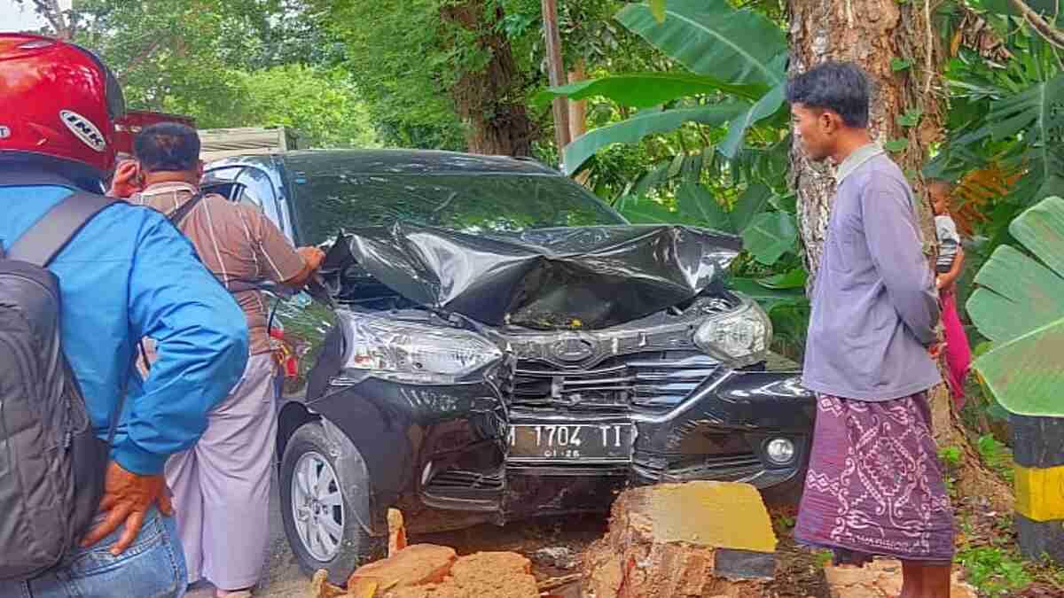 Truck Fuso Seruduk Avanza di Jalan Raya Artodung Pamekasan