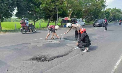 Ancam Nyawa Pengendara di Lumajang, Jalan Berlubang diberi Tanda oleh Polisi dan F-KOL