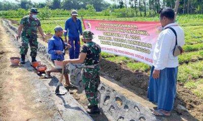 Karya Bakti bersama Warga, Anggota Koramil Bantaran Probolinggo Bangun Saluran Irigasi