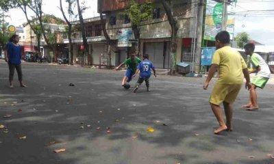 Jalan Raya Ditutup Akibat PPKM Darurat, Anak-Anak Kota Probolinggo Manfaatkan untuk Main Bola